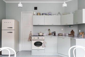 Marmoria ja messinkiä harmaassa keittiössä