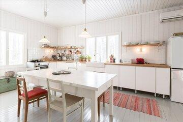 Puutalon kodikas ja valoisa keittiö