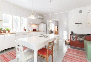 Punainen puuhella vaaleassa keittiössä