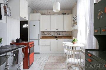 Maalaistyyliä puutalon vaaleassa keittiössä
