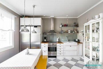 Ripaus keltaista kodikkaassa keittiössä