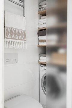 Tyylikäs tilaratkaisu pyykinpesulle lasiovien takana