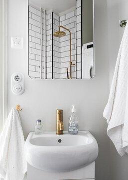 Ihastuttava pieni kylpyhuone ja ripaus messinkiä