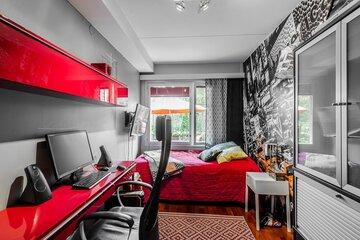 Räiskyvän punaista nuoren tyylikkäässä huoneessa