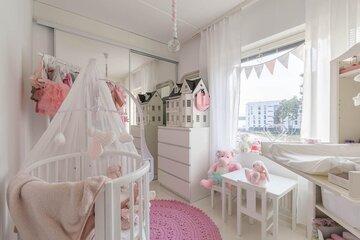Suloinen vauvan huone vaaleanpunaisine yksityiskohtineen