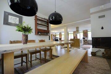 Tilava ruokailutila loft-asunnossa