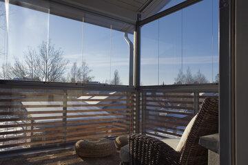Talviauringosta nautitaan lasitetulla terassilla