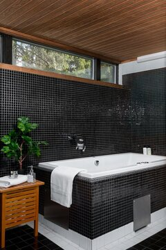 Tunnelmallinen tumma kylpyhuone