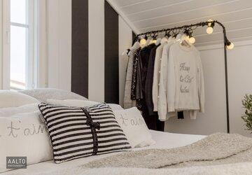 Raikasta raitakuosia makuuhuoneen sisustuksessa