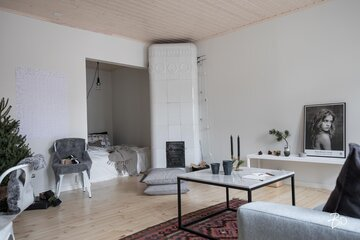 Kaksion kaunis olohuone makuualkovilla