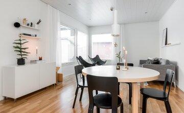 Talviset yksityiskohdat skandinaavisessa olohuoneessa