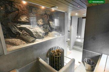 Näyttävä kallioseinämä saunassa