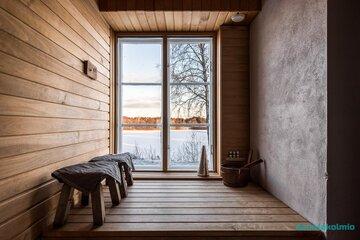 Saunan isosta ikkunasta voi ihastella upeita jokimaisemia