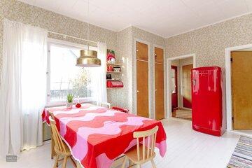 Värikästä retrotunnelmaa keittiössä