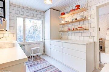 Retrohenkiset esineet piristävät valkoista keittiötä