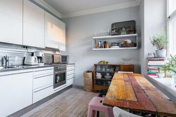 Uutta ja vanhaa kodikkaassa keittiössä