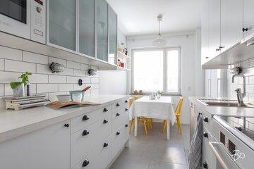 Kauniisti remontoitu kerrostalokodin keittiö