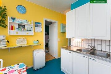 Aurinkoisen keltainen seinä keittiössä
