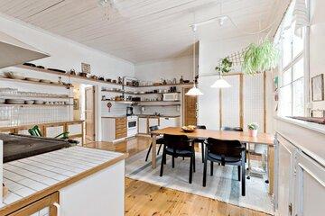 Kauniit avohyllyt kehystävät keittiön