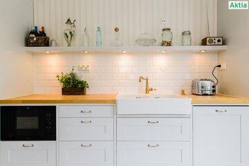 Kaunista tiililadontaa yläkaapittomassa keittiössä