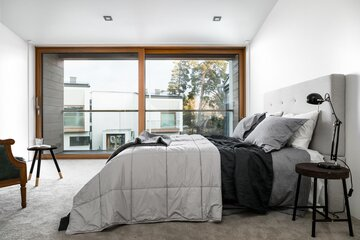 Suuret ikkunat modernissa makuuhuoneessa