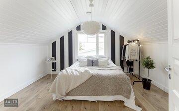 Kaunis hirsitalon makuuhuone