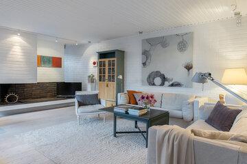 Tyylikästä arkkitehtuuria ja kotoisa sisustus rivitalokodin olohuoneessa