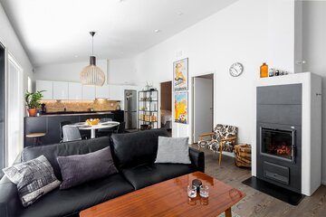 Olohuone ja keittiö muodostavat tyylikkään ja avaran tilan
