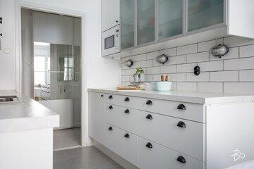 Valkoinen keittiö kauniilla yksityiskohdilla