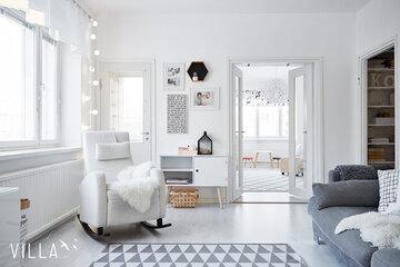 Ihanan valoisa skandinaaviseen tyyliin sisustettu olohuone