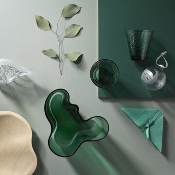 Ylellistä smaragdinvihreää kattauksessa