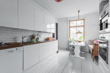 Uusi ja vanha kohtaavat puutalon keittiössä