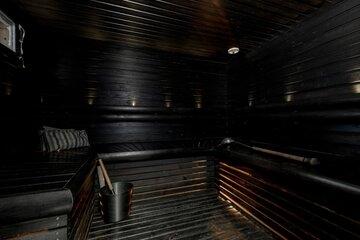 Musta tunnelmallinen sauna