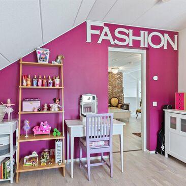 Pinkki lastenhuone
