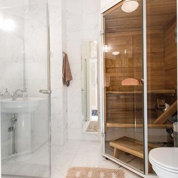 Pieni sauna kylpyhuoneessa