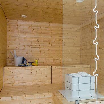 Moderni sauna valkoisella kiukaalla