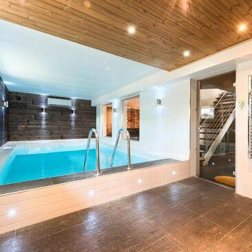 Moderni uima-allasosasto kotikylpylässä