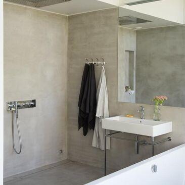 Moderni kylpyhuone mikrosementtipinnoilla