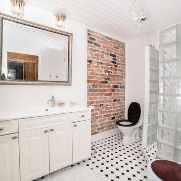 Tiiliseinä kylpyhuoneen yksityiskohtana