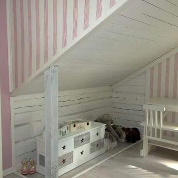 Herttainen lastenhuone vanhassa koulussa