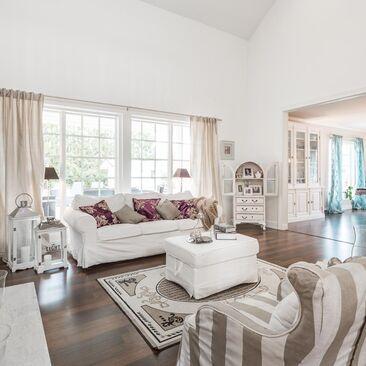 Maalaisromanttisessa olohuoneessa riittää tilaa ja valoa