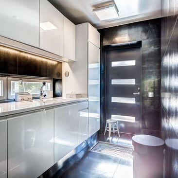 Tyylikäs ja moderni kodinhoitohuone