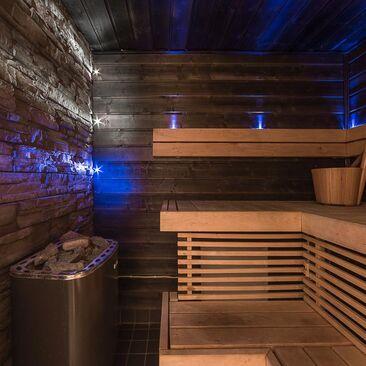 Modernin saunan sininen valaistus