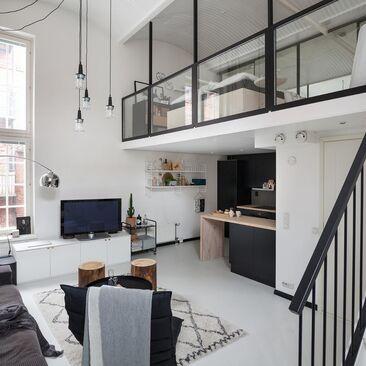 Upea loft-kodin olohuone verkatehtaassa