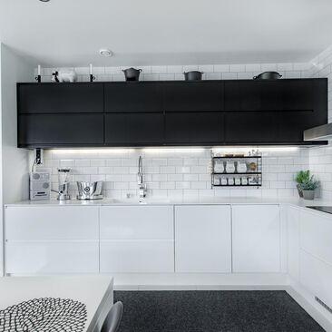 Mustat yläkaapit tuovat särmää keittiöön