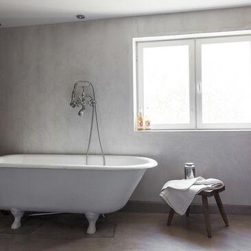 Jalallinen kylpyamme kylpyhuoneessa