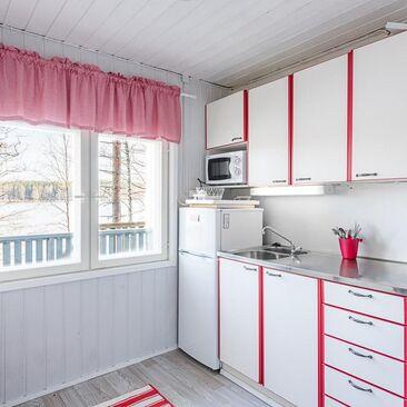 Ripaus punaista mökin keittiössä