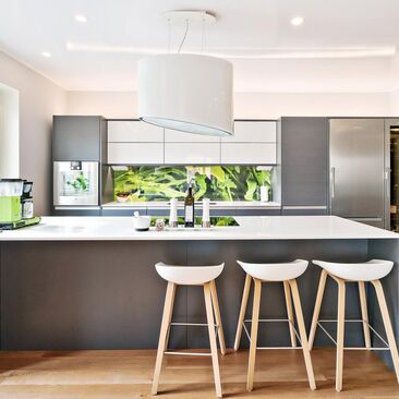 Upea moderni keittiö valokuvavälitilalla