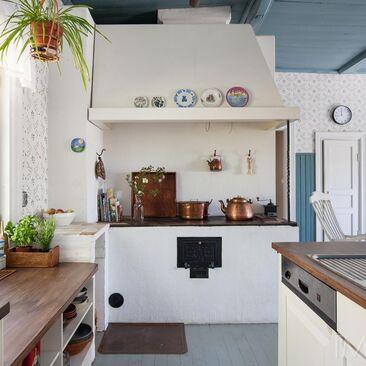 Kodikas keittiö ja kaunis puuhella