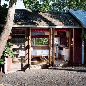 Kesäkeittiö vanhan talon pihapiirissä